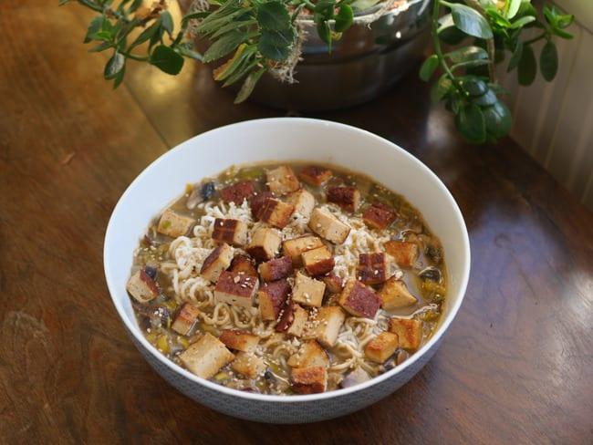 Soupe de nouilles vegan au curry rouge façon ramen
