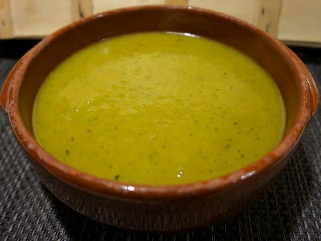 Soupe de courgettes au curcuma et curry