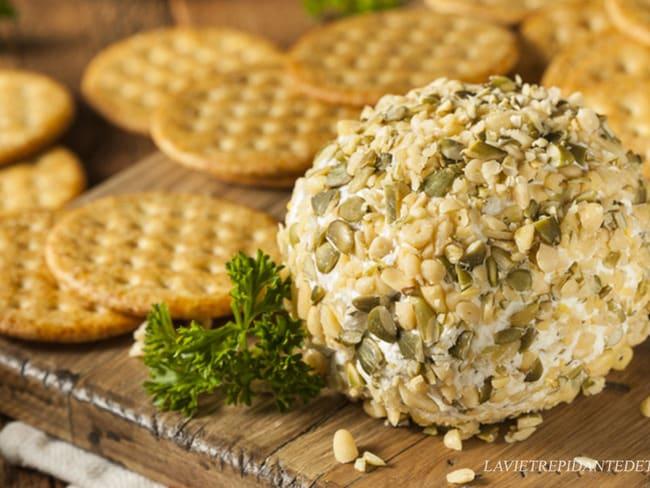 Boule de fromage frais graines de courge et pignons de pin