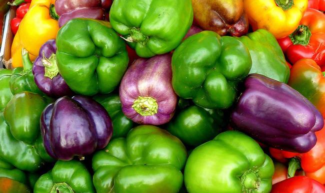 Assortiment de poivrons verts, jaunes ou rouges