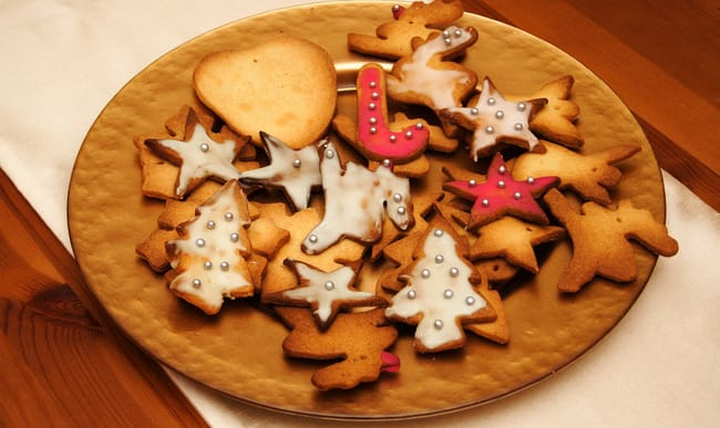 Biscuits de noël en forme d'étoiles et de sapins