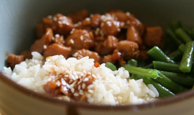 Plat principal avec viande, riz et haricots