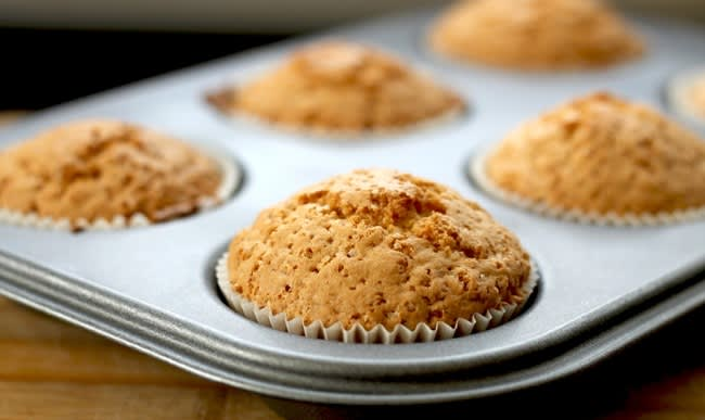 Petits gâteaux dans un moule à muffins