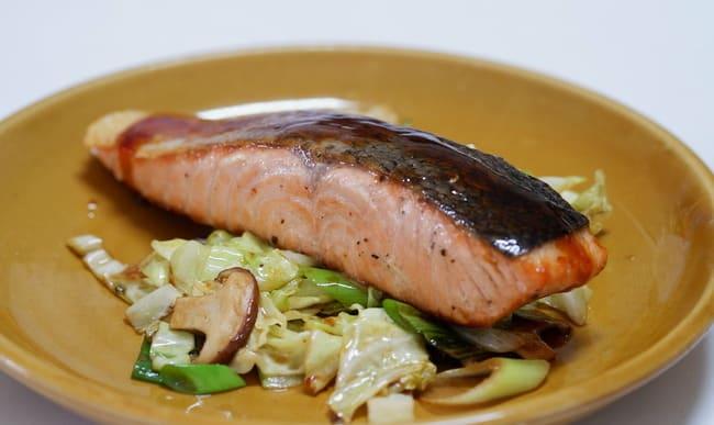 Pavé de saumon, salade et champignons