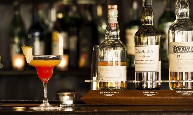 Verre de cocktail au whisky