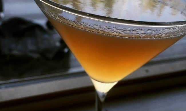 Verre de cocktail au Cointreau et au cognac, citron et orange