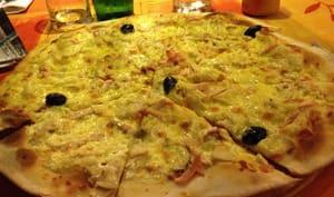 Une pizza blanche