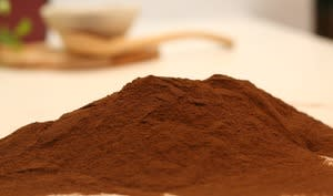 Chocolat en poudre sur plan de travail
