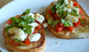 Tartines grillées tomate, fromage, basilic
