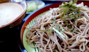 Assiette de soba aux algues