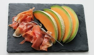 Tranches de jambon de pays et tranches de melon