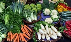 Etal de marché et ses légumes de printemps
