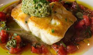 Vivaneau rouge avec sauce vierge, purée d'aubergine et tapenade d'olives