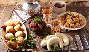 Plateau de petits gâteaux et thé vert à la menthe pour l'aïd