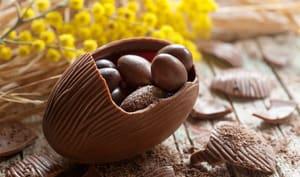 Gros oeuf en chocolat fourré de petits oeufs au chocolat