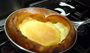 Dutch baby pancake dans une poêle