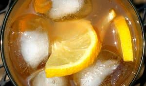 Limonade et glaçons dans un verre