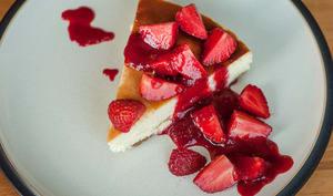 Gateau avec coulis de fraises