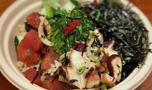Poke bowl hawaïen de salade de poisson cru et riz sauvage