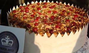 Bolo rei dans une couronne en papier