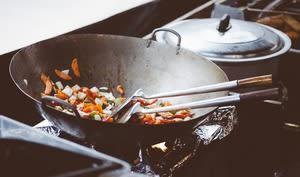 Cuisson d'un wok de légumes