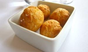 Gougères dans une assiette