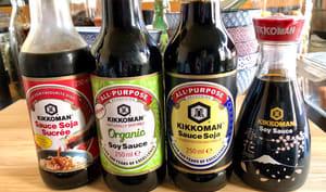 Différentes bouteilles de sauce soja