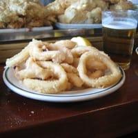 Assiette de calamars frits en tapas au comptoir