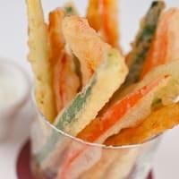 Bâtonnets de légumes en tempura dans un verre
