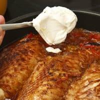 Crème épaisse dans un plat de viande