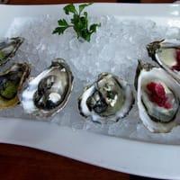 Assortiment d'huîtres sur assiette blanche