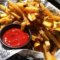 Frites maison et ketchup