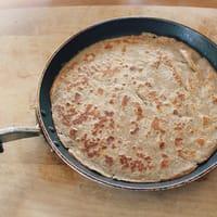Crêpe cuite dans une poêle