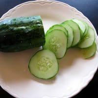 Concombre tranché sur assiette