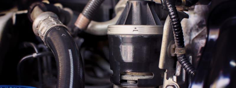 Das AGR Ventil befindet sich in der Nähes des Motors und Auspuffs in Dieselautos