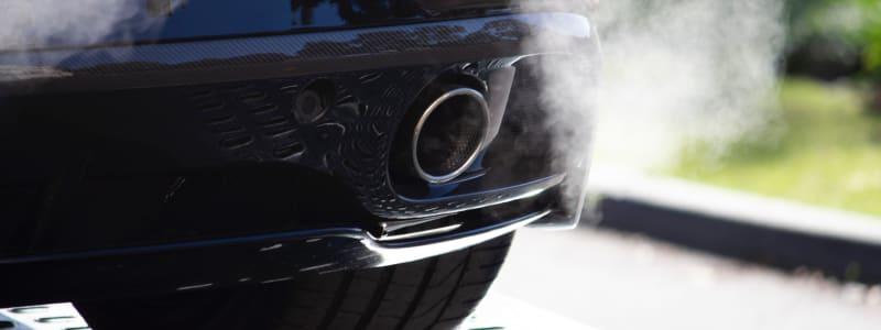 Der Auspuff eines Autos gibt Abgase ab