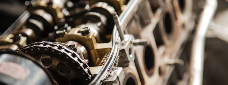 Zeigt eine genaue Aufnahme des Motorblock eines Autos