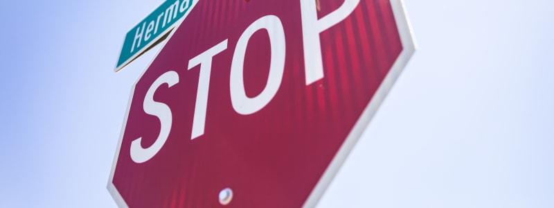 Nahaufnahme eines Stopzeichens in Deutschland