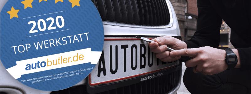 Mechaniker aendert das Autokennzeichen an einem Auto mit Autobutler Logo