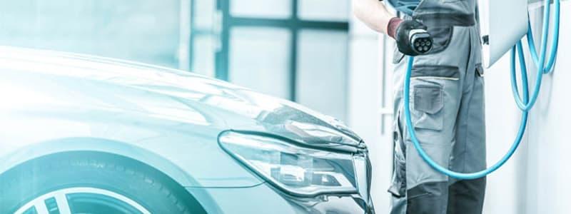 Hybridauto wird von einem Mechaniker geladen