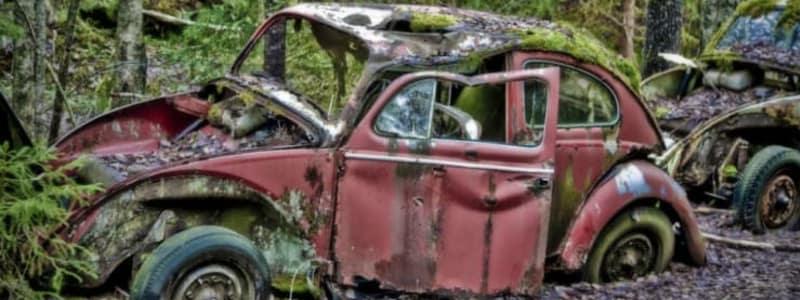 Rød og rusten bil