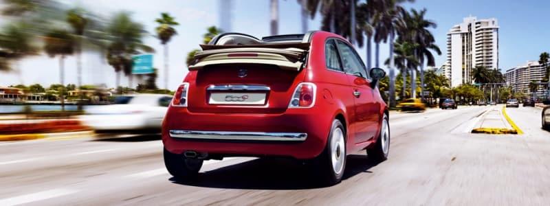 Rød Fiat 500 med soltaget nede