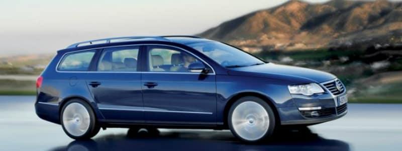 Bjerge i baggrund og blå bil i forgrund