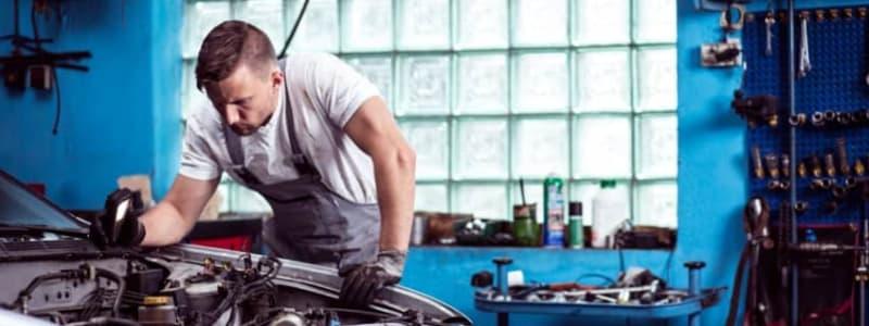 Mekaniker tjekker bil