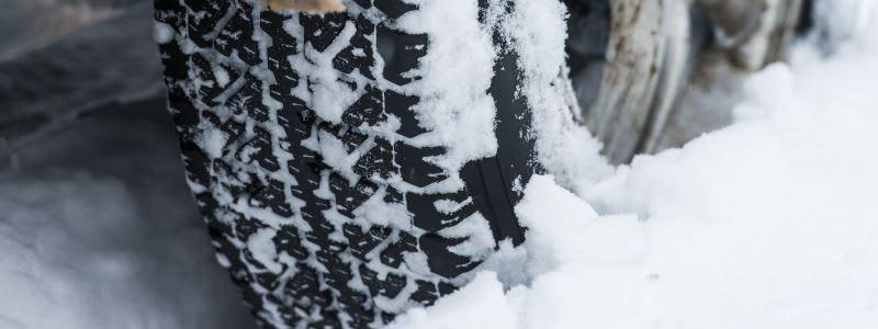 Snedækket vej med bildæk