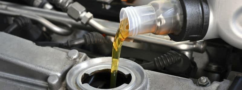Motorolie hældes i motoren på en Mazda