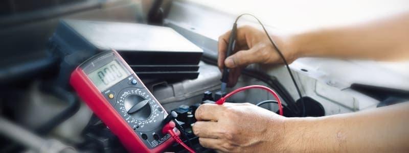 Mekaniker laver elarbejde på Škoda