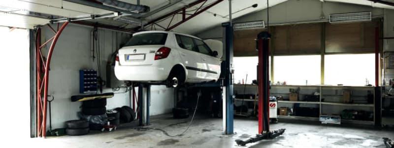 Hvid bil på værkstedet