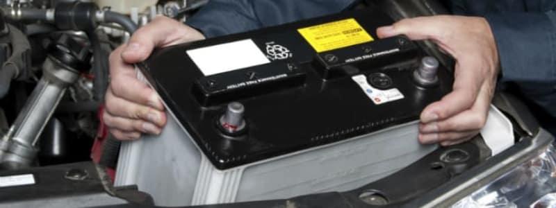 Batteriskifte i bilens motor