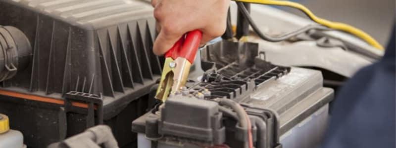 Opladerkabel er sluttet til bilbatteri